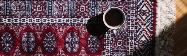 Κούπα καφέ επάνω σε χαλί