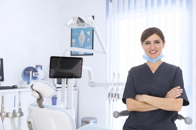 Γυναίκα ιατρός με ιατρικό εξοπλισμό στο ιατρείο της