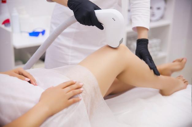 Γυναικεία πόδια και μηχάνημα αισθητικής