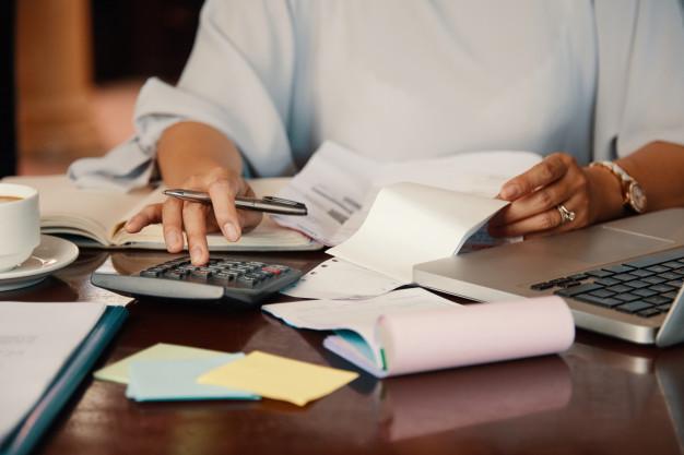 Γυναίκα κάνει λογιστικούς υπολογισμούς