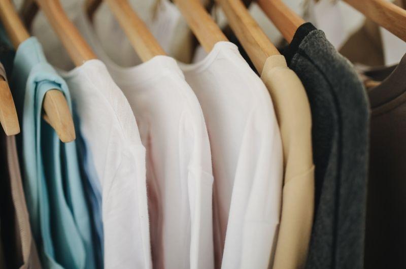 ρούχα σε ντουλάπα